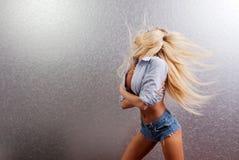 Vinkande hår för blondin royaltyfria bilder