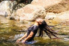 Vinkande hår för ung gullig flicka i vattnet, thai lopp för vattenfall Arkivfoton