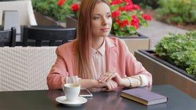 Vinkande hand för flicka i kafé lager videofilmer