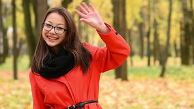 Vinkande hand för härlig ung koreansk flicka till vänner lager videofilmer