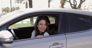 Vinkande hand för ung chaufför till vännen arkivfilmer