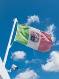 Vinkande italiensk flagga Arkivbilder