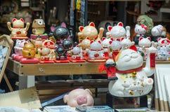 Vinkande katter som är till salu på en skärm utanför en turist, shoppar i Shagnhai, Kina Arkivbild