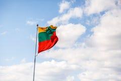 Vinkande litauisk flagga Royaltyfria Bilder
