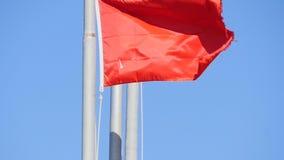 Vinkande röd flagga arkivfilmer