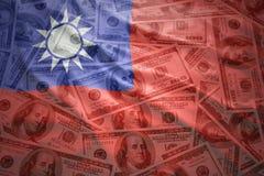 Vinkande taiwan sjunker på en amerikansk dollarpengarbakgrund Royaltyfri Fotografi