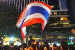 Vinkande thailändsk flagga Royaltyfri Bild