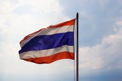 Vinkande thailändsk flagga av Thailand Arkivfoton