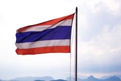 Vinkande thailändsk flagga av Thailand Arkivbild