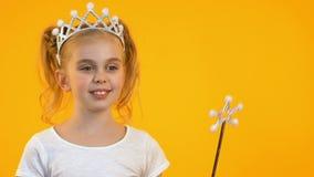 Vinkande trollspö för gullig blond unge och le på kamera, drömmar och barndom stock video