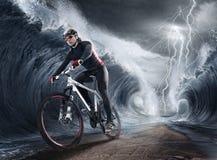 Vinkar cyklisten Royaltyfri Bild