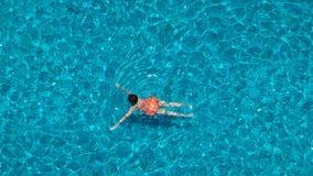 Vinkel för bästa sikt för vatten för simbassängblåttfärg arkivbild