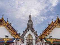 Vinkel för tempel för Wat Arun lanscrapehimmel bred Royaltyfri Foto