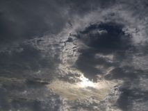 Vinkel på det mörka molnet royaltyfri foto