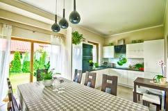 VinkelHDR för modernt kök bred bild Fotografering för Bildbyråer
