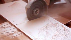 Vinkelmolar som klipper keramisk saga lager videofilmer