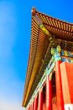 Vinkeln av den kinesiska tempelsikten från botten av det ljusa kulört för tak i en solig höstdag Royaltyfria Bilder