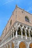 Vinkeln av en forntida byggnad i Venedig Fotografering för Bildbyråer