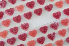 Vinkelrader av röda och rosa klibbiga hjärtor för mörker - med tom textSp Royaltyfri Fotografi