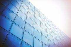 Vinkelsikt av det moderna skyskrapaaffärsområdet Blå skyskrapafasad, kontorsbyggnader glass moderna silhouettes Arkivfoton