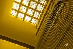 Vinkelsikt av takfönsterfönstret med gula väggar, modern inre arkitektur fotografering för bildbyråer