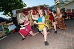 Vinkelskott av dansare i indiska themed dräkter på den Diwali festivalen royaltyfria bilder