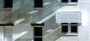 Vinkelskuggor på en vit stuckatur inhyser framställning av diagonala modeller arkivbild