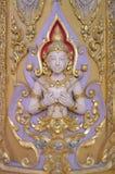 Vinkelskulptur på templet för vägg offentligt royaltyfri bild