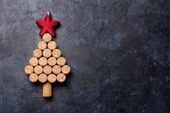 Vinkorkar formade julträdet royaltyfria bilder