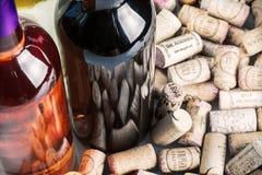 Vinkorkar och flaskor av berömda vinproducenter Massandra för vin, Arkivbild