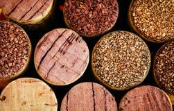 Vinkorkar sid - vid - sidan i en bakgrund för högmakronärbild De använda korkarna visar olika toner, färger och texturer arkivfoto