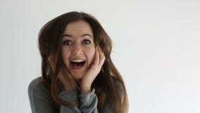 Vinnande bifall för attraktiv tonåringflicka och joying på vit bakgrund stock video