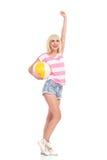 Vinnande flicka med en strandboll Fotografering för Bildbyråer