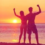 Vinnande framgångbegrepp - lyckligt strandpar Arkivbild