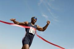 Vinnande lopp för manlig löpare Arkivbilder