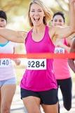 Vinnande maraton för kvinnlig löpare Arkivfoton