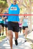 Vinnande maraton för manlig löpare arkivfoton