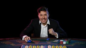Vinnande online-pokerspelare på tabellen i kasinot close upp lager videofilmer