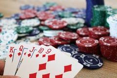 Vinnande pokerhand med rak spolning för chiper Arkivbild