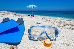 Vinnen en het duiken masker op het zand royalty-vrije stock afbeeldingen
