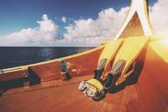 Vinnen en zwemmend masker op dek van boot Stock Fotografie