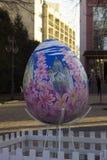 Vinnitsa, Украина - 10-ое апреля 2018: Первоначальные памятники яйцу на пасхе, торжеству украинской пасхи стоковое фото rf