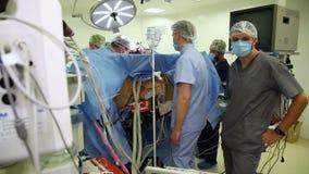 VINNITSA, ΟΥΚΡΑΝΙΑ - το Φεβρουάριο του 2018: Ομάδα χειρούργων στη λειτουργία Χειρουργική επέμβαση καρδιών Εργασίες στη χειρουργικ απόθεμα βίντεο