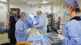 VINNITSA, УКРАИНА - февраль 2018: Команда хирургов на деятельности Видимый сердце, руки сердечных хирургов с инструментами Работы сток-видео