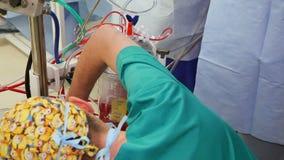 VINNITSA, УКРАИНА - февраль 2018: Команда хирургов на деятельности Видимый сердце, руки сердечных хирургов с инструментами Работы акции видеоматериалы