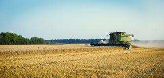 Vinnitsa, de Oekraïne - Juli 27.2016 Korrel het oogsten combineert, de Zomer Stock Afbeeldingen