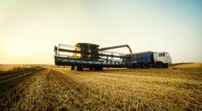 Vinnitsa, de Oekraïne - Juli 27.2016 Korrel het oogsten combineert, de Zomer L Royalty-vrije Stock Fotografie