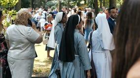 Vinnitsa - 27 Juni, 2019: Groep Afrikaanse of Afrikaanse Amerikaanse nonnen bij een gebeurtenis met grote menigten stock videobeelden