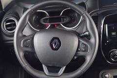 Vinnitsa, Ucrânia - 2 de abril de 2019 Renault Captur - apresentação nova do carro modelo na sala de exposições - interior interi foto de stock royalty free