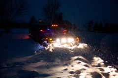 Vinnitsa, Ucrânia - 23 de fevereiro de 2012 Hummer H1 nos montes de neve, Fotografia de Stock